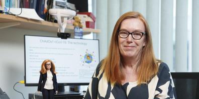 """Professor Sarah Gilbert, Mitentwicklerin des AstraZeneca-Impfstoffs, mit """"ihrer"""" Barbie (Andy Paradise/Mattel via AP)."""