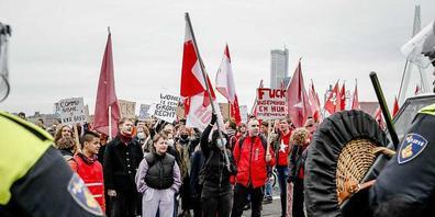 Die Organisatoren schätzten die Zahl der Teilnehmer an der Demonstration unter dem Motto «Häuser für Menschen, nicht für Gewinn» demnach auf rund 8000. Foto: Bas Czerwinski/ANP/dpa