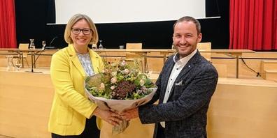 Parlamentspräsident Matthias Ebneter gratuliert Stadträtin Claudia Martin zur Wahl als Kantonsratspräsidentin.