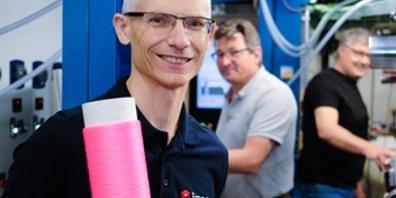 Rudolf Hufenus vor der Maschine, die als Weltneuheit Übertragungskabel mit Flüssigkern herstellt. Die Spule, die er in der Hand hält, ist nicht nur rosa, damit sie schick aussieht: Die Farbe erlaubt, die Dehnung der Faser zu messen. Das erweitert ...