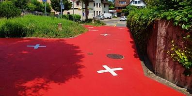 Der rote Belag und die Kreuze wurden letzte Woche hier aufgemalt.