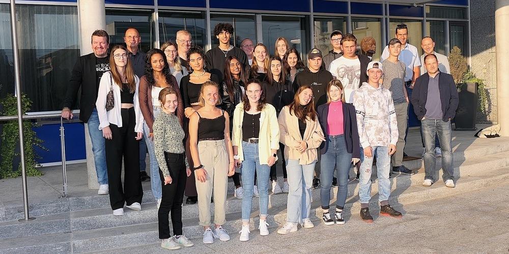 Jungbürger und Jugendvertreter vor dem Diepoldsauer Rathaus