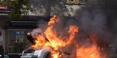 Filmreife Szene in Herisau AR: Das Auto brannte komplett aus.