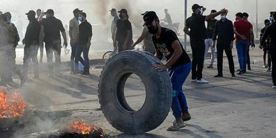 Nach Bekanntgabe der Wahlergebnisse der Parlamentswahlen im Irak, bei denen die Fatah-Koalition erhebliche Verluste erlitten hat, gingen Hunderte Unterstützer der pro-iranischen Gruppen auf die Straße. Foto: Nabil Al-Jurani/AP/dpa