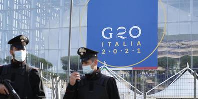 dpatopbilder - Italienische Carabinieri patrouillieren vor dem Kongresszentrum La Nuvola (die Wolke), in dem der G20-Gipfel stattfinden. Foto: Gregorio Borgia/AP/dpa