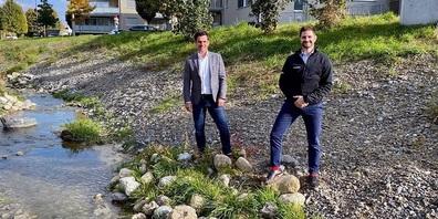 Die Mobiliar beteiligt sich an den Kosten des Hochwasserschutzprojekts (v.l.): René Bruderer (Geschäftsleiter Bau und Infrastruktur der Gemeinde Flawil) und Steven Stüdli (Generalagent der Mobiliar Generalagentur Flawil).