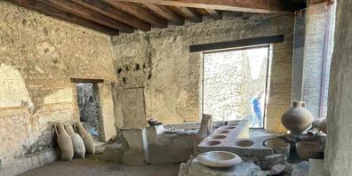 Ab 12.08.2021 können sich Besucher die antike Snakcbar im Golf von Neapel südlich des Vulkans Vesuv ansehen. Ende Dezember hatten die Experten mitgeteilt, den Tresen einer Art Imbissbude freigelegt zu haben. Foto: Archäologiepark Pompeji...