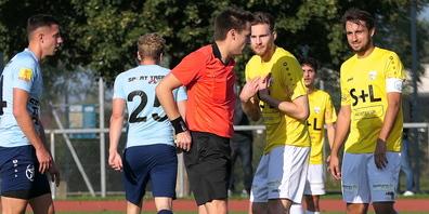 Daniel Lässer kann nicht fassen, wieso Schiedsrichter Suter in die Gesässtasche greift