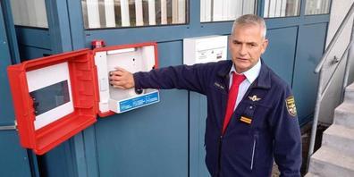 Feuerwehrinspektor Walter Hasenfratz demonstriert die öffentlich zugängliche Alarmbox beim Feuerwehrdepot in Teufen AR.