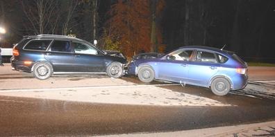 Durch die Kollision wurden zwei Personen leicht verletzt. Der Sachschaden beträgt rund 30'000 Franken.