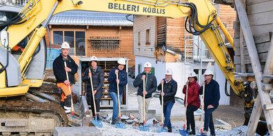 Von links nach rechts Beat Belleri von Belleri Bau Küblis, Gemeindepräsidentin Marianne Flury, Bauleiter René Bargetzi, Heimleiter Jürg Egli, Stiftungsräte Roger Graf, Monika Meiler und Luzi Bardill.