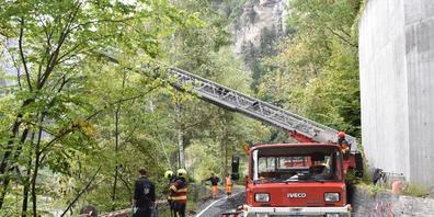 Der abgestürzte Arbeiter wurde mit einer Autodrehleiter der Feuerwehr Thusis geborgen.