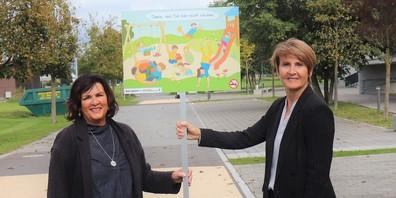 Jolanda Welter Alker und Gemeindepräsidentin Silvia Troxler beim neuen rauchfreien Spielplatz