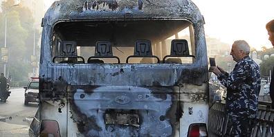 HANDOUT - Zwei Bomben am Straßenrand explodierten in der Nähe eines mit Soldaten besetzten Busses während des morgendlichen Berufsverkehrs in der syrischen Hauptstadt Damaskus und töteten und verletzten mehrere Menschen, berichtete das staatliche ...