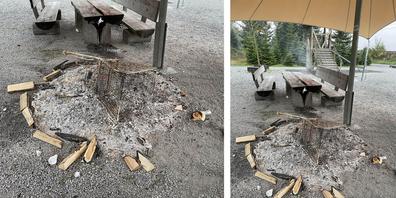 Um das Feuer zu löschen, schwemmte die Stützpunktfeuerwehr den Spielplatz.