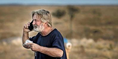 dpatopbilder - HANDOUT - US-Schauspieler Alec Baldwin telefoniert auf dem Parkplatz vor dem Santa Fe County Sheriff's Office, nachdem er zu dem Vorfall am Set des Films «Rust» am Stadtrand von Santa Fe befragt wurde. Baldwin hat bei einem Filmdreh...