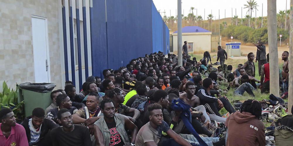 Eine Gruppe von Migranten sitzt in einem Aufnahmezentrum in Melilla. Insgesamt 238 Menschen sind am frühen Donnerstagmorgen über den Grenzzaun zwischen Marokko und Spanien gesprungen. Dabei seien laut Angaben des TV-Senders RTVE drei spanische Pol...