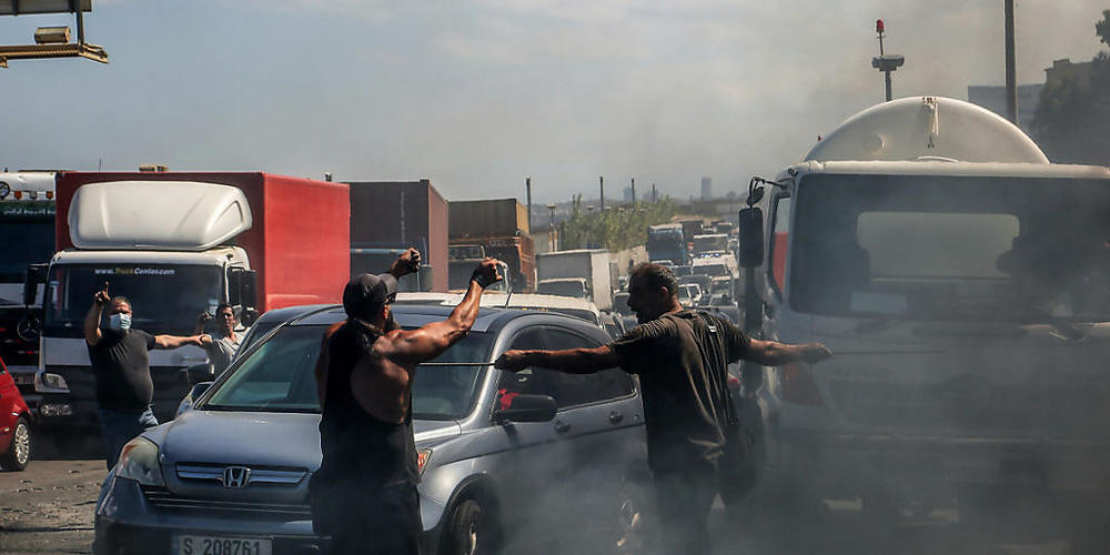 Demonstranten verhindern die Durchfahrt von Autos indem sie eine Hauptstraße mit brennenden Reifen blockieren. Die Demonstranten protestieren gegen die kollabierende Wirtschaft und den Lebensstandard im Libanon. Foto: Marwan Naamani/dpa