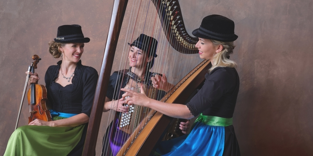 Erstmals mit sinfonischem Orchester auf der Bühne: das Trio «Die Hoameligen» aus Tirol.