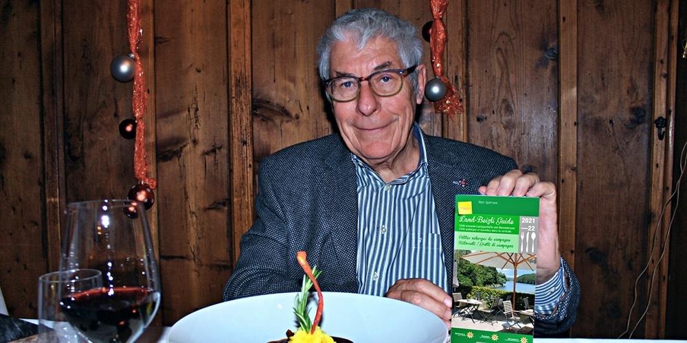 Richard Spillmann präsentiert stolz seinen neuen Gastro-Führer.