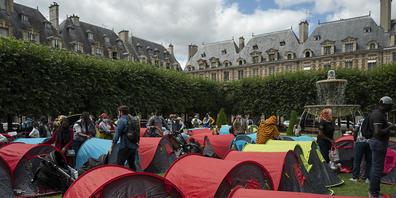 Gut 400 Obdachlose haben auf dem schicken Pariser Place des Vosges Zelte aufgeschlagen und dauerhafte Wohnmöglichkeiten gefordert. Foto: Julien Mattia/Le Pictorium Agency via ZUMA/dpa