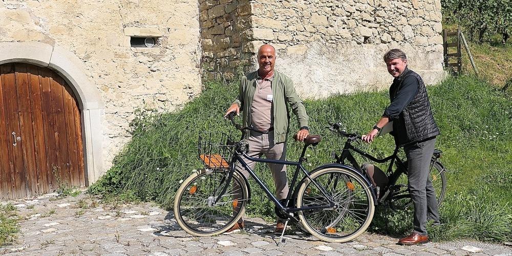 Die Bürgermeister Herbert Sparr aus Höchst (li.) und Kurt Fischer aus Lustenau reisten zur Versammlung des Vereins Agglomeration Rheintal mit ihren Fahrrädern an