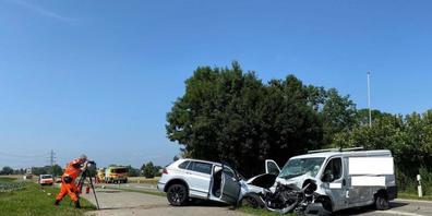 Der Lieferwagen prallte frontal in ein entgegenkommendes Auto. Er wurde zuvor von einem anderen Fahrzeug seitlich gestreift und ins Schleudern gebracht.