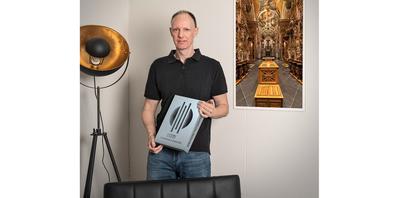 Architekturfotograf Andy Crestani mit seiner Auszeichnung – rechts ein Bild aus seiner Kirchenserie, die in einem Buch zusammengefasst wurde.