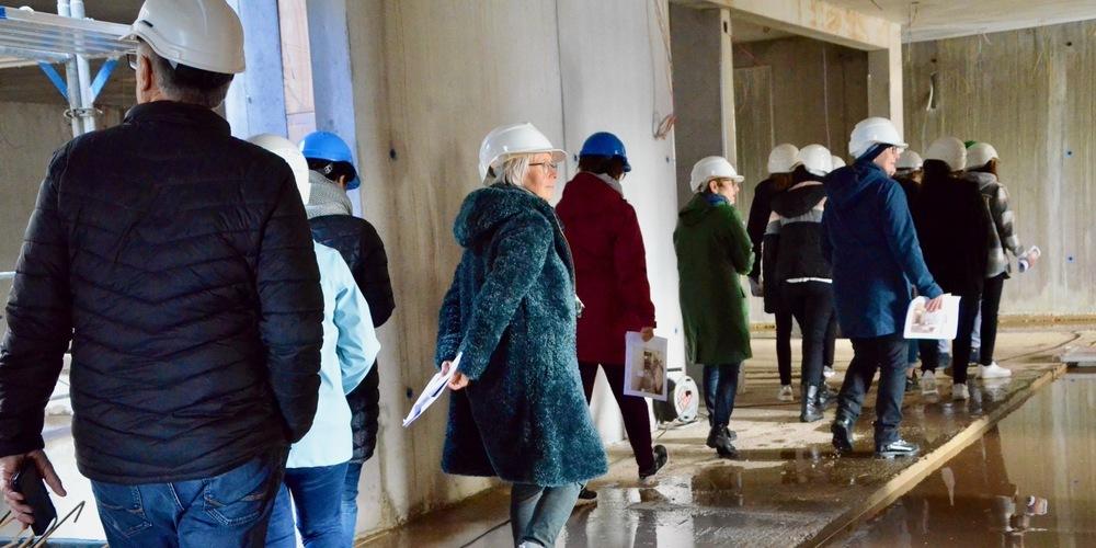 Die Mitarbeitenden des Zentrums Augiessen besichtigen ihren künftigen Arbeitsplatz, das neue Alterszentrum Zehntfeld