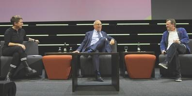 Moderatorin Steffi Buchli (l.) in Diskussion mit Unternehmer Konrad Hummler, Gründer des St.Galler Thinktanks M1AG, und Christian Jott Jenny (r.), Kulturveranstalter und Gemeindepräsident von St.Moritz