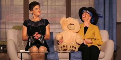 Jutta Hutter (li.) als exaltierte Tochter und Lebefrau mit ihrer Mutter, gespielt von Maria Hutter