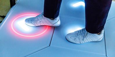 Auf der Trainingsplattform Senso des Schindellegler Unternehmens Dividat versuchen Betroffene eine am Bildschirm vorgegebene Bewegungsabfolge mit ihren Füssen nachzuvollziehen.