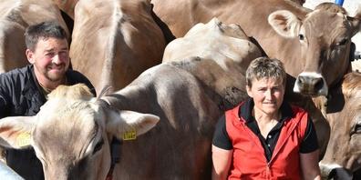 Vreni und Walter Hüberli mit ihren Kühen.