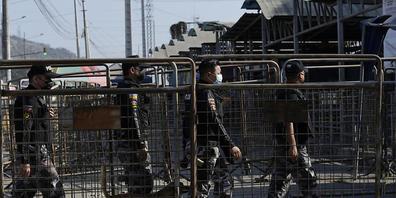 Sicherheitskräfte betreten das Litoral-Gefängnis nach tödlichen Unruhen. Bei Krawallen in zwei Gefängnissen in Ecuador sind mindestens 27 Häftlinge ums Leben gekommen. Foto: Dolores Ochoa/AP/dpa