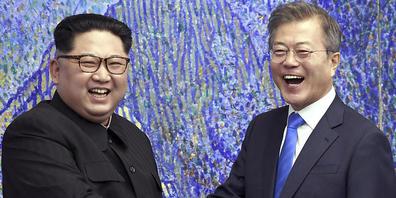 ARCHIV - In diesem Bild vom 27. April 2018 posiert der nordkoreanische Machthaber Kim Jong Un (l) mit dem südkoreanischen Präsidenten Moon Jae-in im Friedenshaus im Grenzdorf Panmunjom in der Demilitarisierten Zone in Südkorea. Foto: Korea Summit ...
