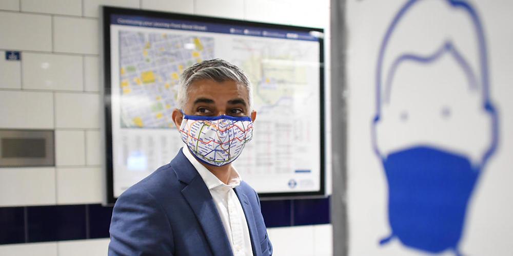 Sadiq Khan, Bürgermeister von London, steht vor seinem Rundgang in der Oxford Street an der U-Bahn-Station Bond. Foto: Stefan Rousseau/PA Wire/dpa