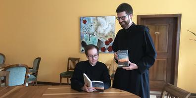 Pater Thomas Mächler (l.) und Pater Philipp Steiner haben ihr erstes Buch veröffentlicht.