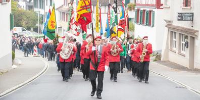 Zur Jubiläumsfeier liefen neben rund 240 altgedienten Turnerinnen und Turnern auch zahlreiche Ehrengäste sowie Fahnendelegationen der Schaffhauser Turnvereine, welche durch den Musikverein Thayngen angeführt wurden.