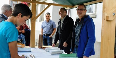 Gemeindepräsident Peter Kürsteiner (ganz rechts) und Pfarrer Markus Grieder (Zweiter von rechts) machten den Inhalt der Kirchturmspitze sichtbar.