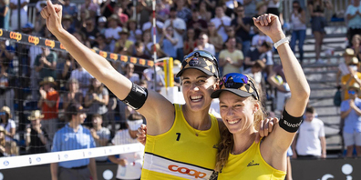 Tanja Hüberli (links) und Nina Betschart feiern in Bern ihren dritten gemeinsamen Schweizer-Meister-Titel.