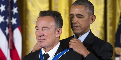 ARCHIV - Barack Obama verleiht Bruce Springsteen die Freiheitsmedaille. Foto: Shawn Thew/epa/dpa