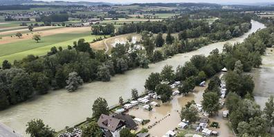 Zelte und Wohnwagen auf dem überschwemmten Campingplatz Reussbrücke am Mittwoch in Ottenbach ZH.