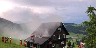 Ein Blitzschlag setzte das Ferienhaus in Nesslau in Brand.